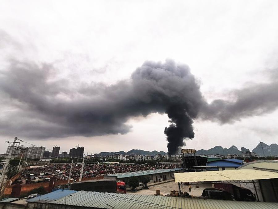 柳州突发大火浓烟形成