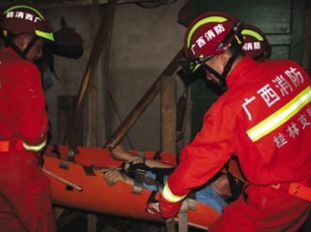 桂林男子维修房屋坠落夹层 消防员搭人梯救援