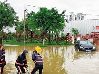 """柳州出现强降雨天气 部分路段积水小车频""""死火"""""""