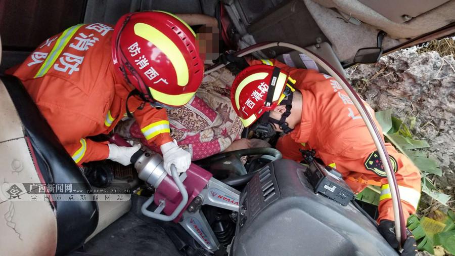 货车侧翻路边司机被困 消防紧急剪切车门救人(图)