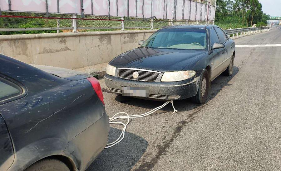 危险£¡有人试图在高速路上牵绳拉车被高速交警拦停