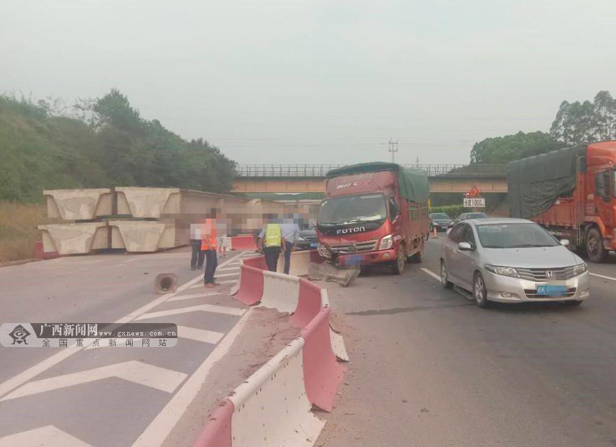 货车途经施工路段未保持安全车距 三车连环追尾