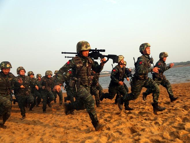 直击武警广西总队钦州支队海滨训练�。ㄗ橥迹�