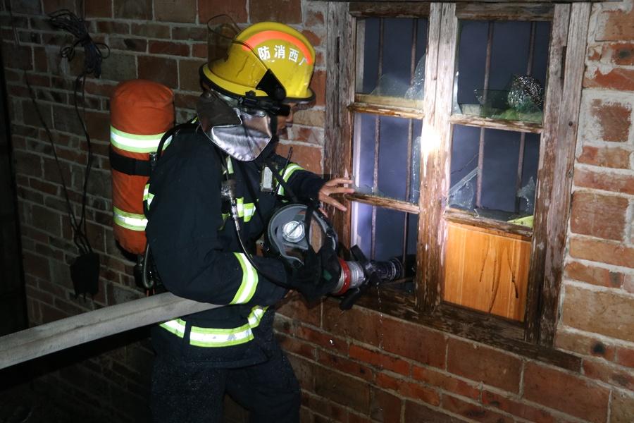 村民家中厨房着火 消防扑灭火势转移煤气罐(图)