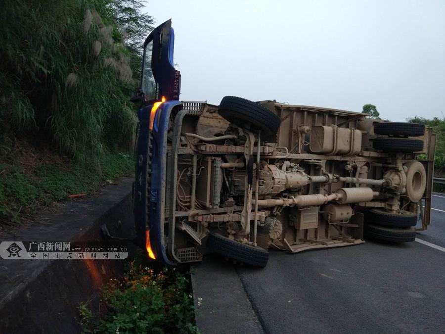 货车高速路上侧翻 车上线椒撒落一地(图)