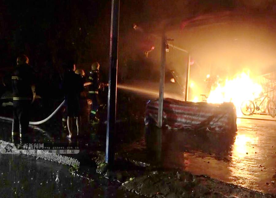 合山一商店凌晨起火 电动车被烧得只剩车架(图)