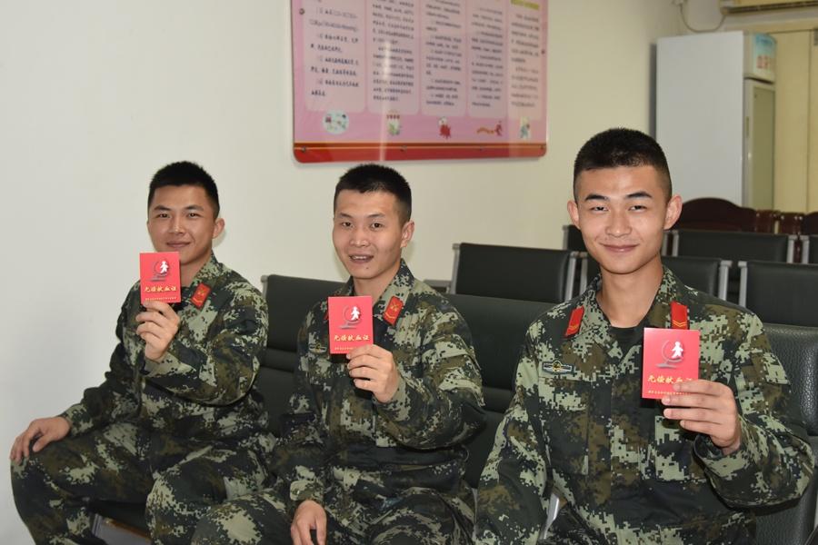 武警官兵獻血3000余毫升挽救白血病患者(圖)