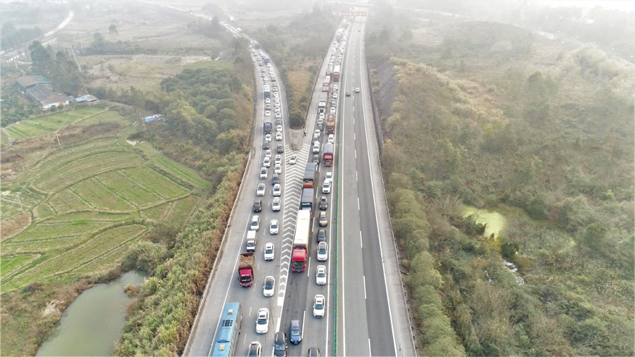 桂柳高速將迎出行高峰 交警啟用無人機抓拍違法