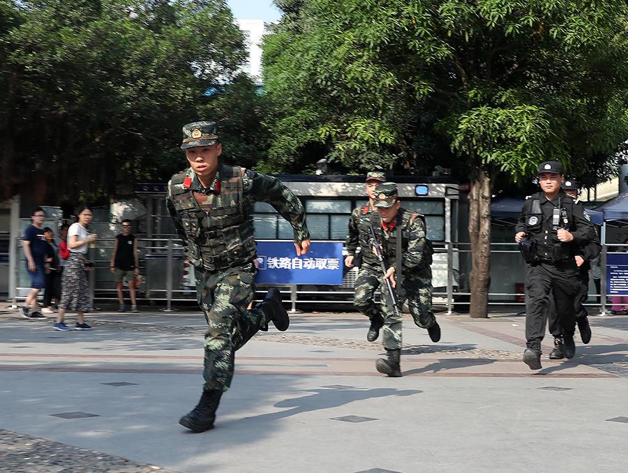 高清組圖:武警官兵堅守一線 為旅客保駕護航