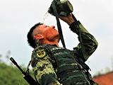"""高清組圖:武警特戰隊員節日""""烤""""驗練兵忙"""