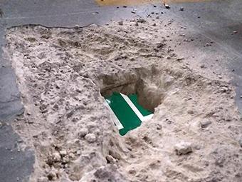 6日焦点图:停车场地板现巴掌大的洞 可看到楼下