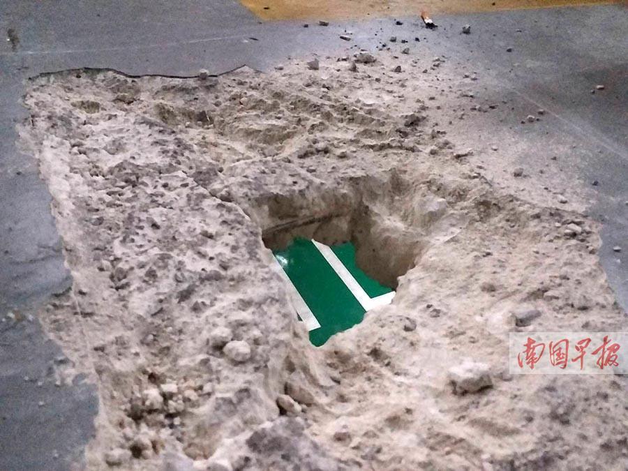 5月6日焦点图:南宁一停车场地板现巴掌大的洞 可看到楼下