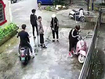 8日焦点图:小年轻秒盗电动车 私家监控拍下全程