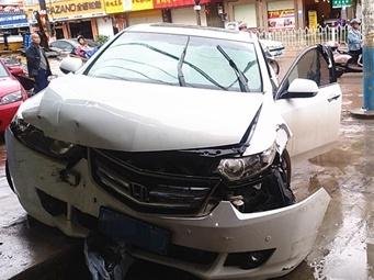 玉林一司机毒瘾发作 驾车突然冲向路边店面