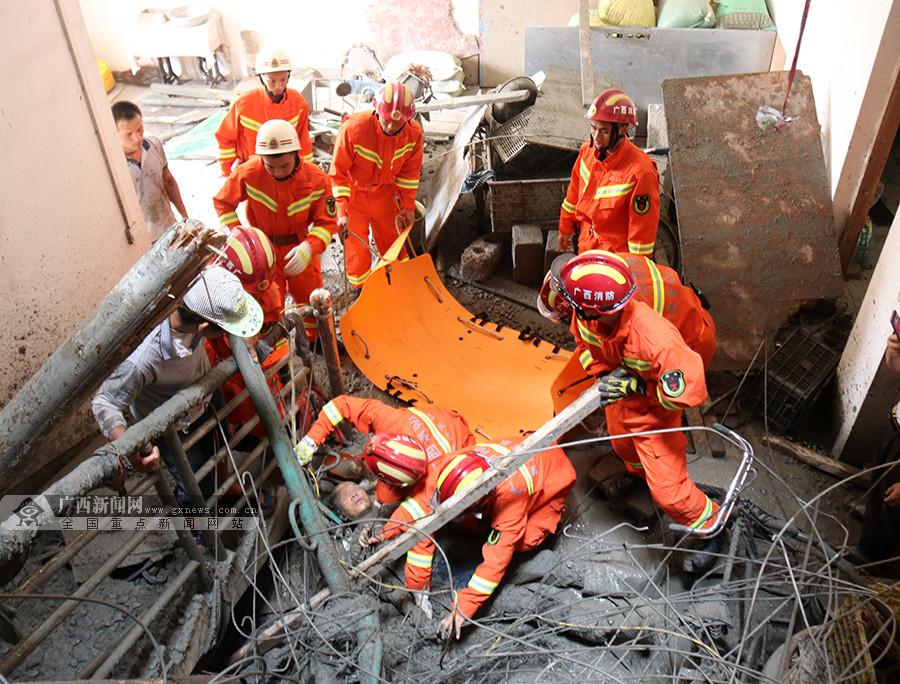 吊机滑落致一名工人坠楼被埋压 消防手刨泥浆施救