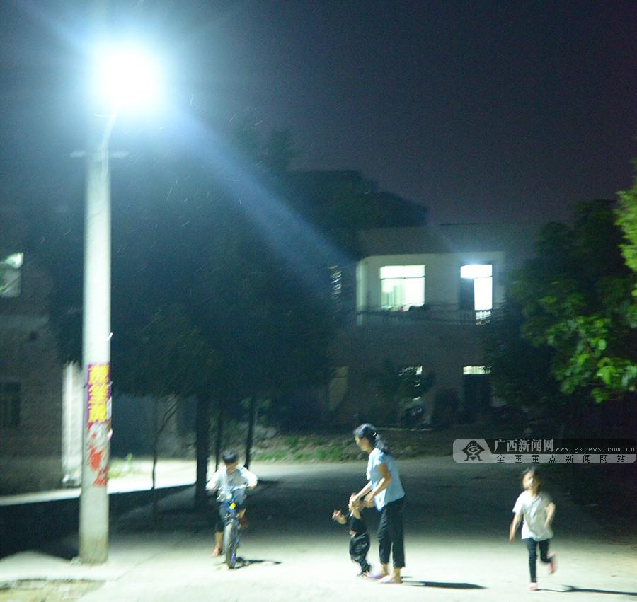 广西忻城:路灯亮了 村民乐了(图)