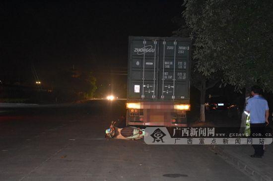 大货车夜间任性违停 电动车手一头撞上致头部受伤