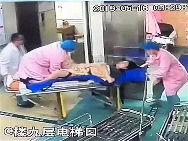 5月19日焦點圖:懷孕醫生跪救產婦 托舉胎兒半小時