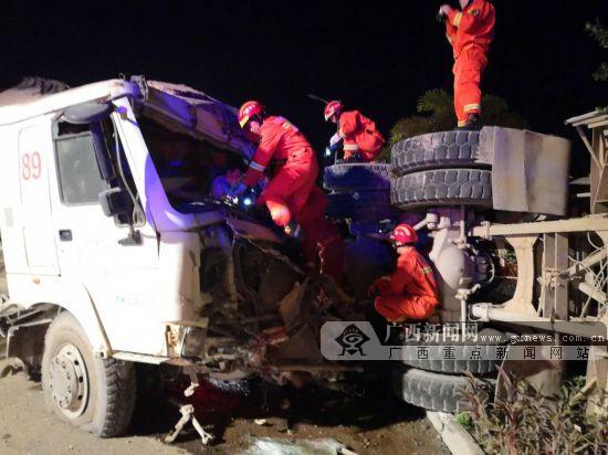 两辆水泥搅拌车碰撞受损 一被困司机获救(图)