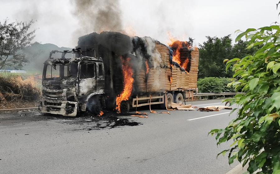 高清:南友高速一輛滿載木料的貨車著火