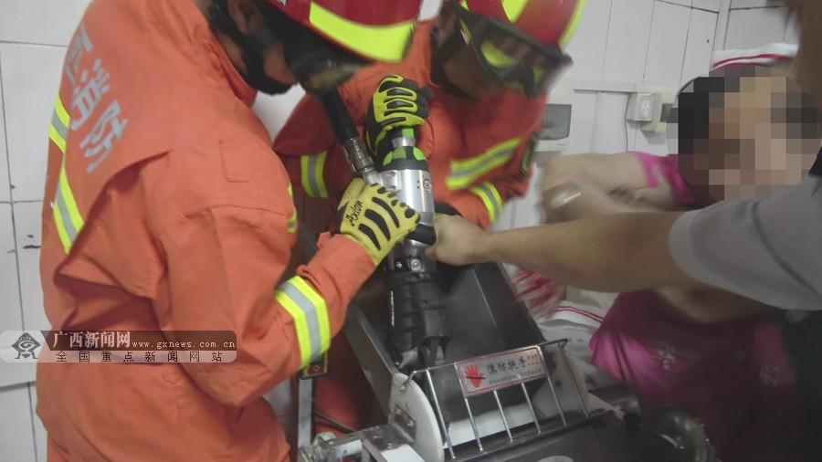 女子不慎手卡豆浆搅拌机 消防火速救援(组图)
