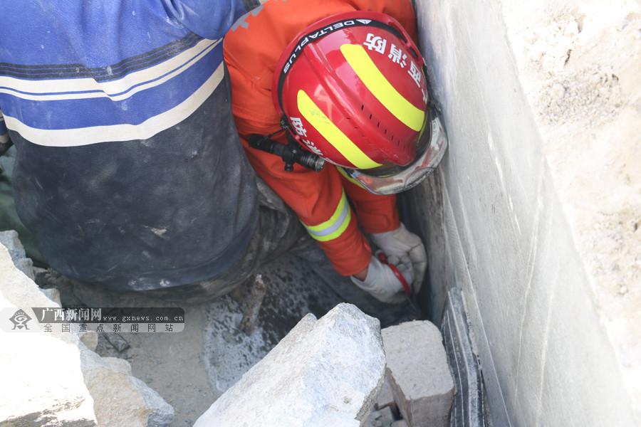 资源一采石场突发险情 一采石工人被滑落石块埋压