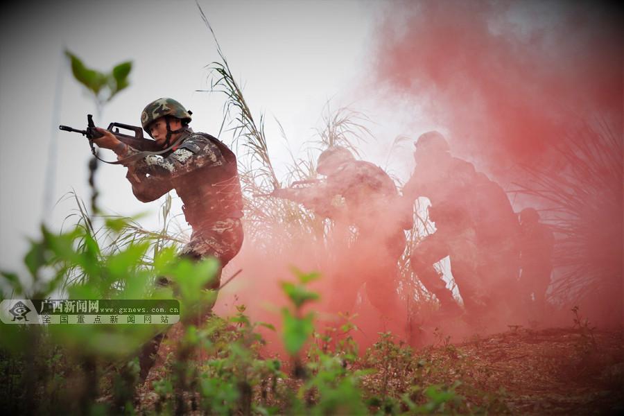 燃爆!多图直击武警官兵开展特种战术训练