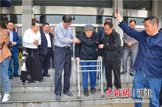 """恩施州中心医院为""""战斗英雄""""张富清体检"""