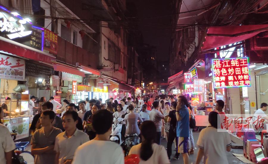 """5月25日焦点图:南宁很多夜市成""""打不死的小强"""""""