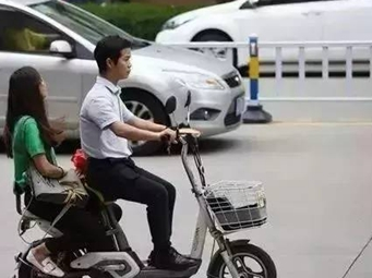 注意!電動車搭12歲以上的人違規 南寧交警正嚴查