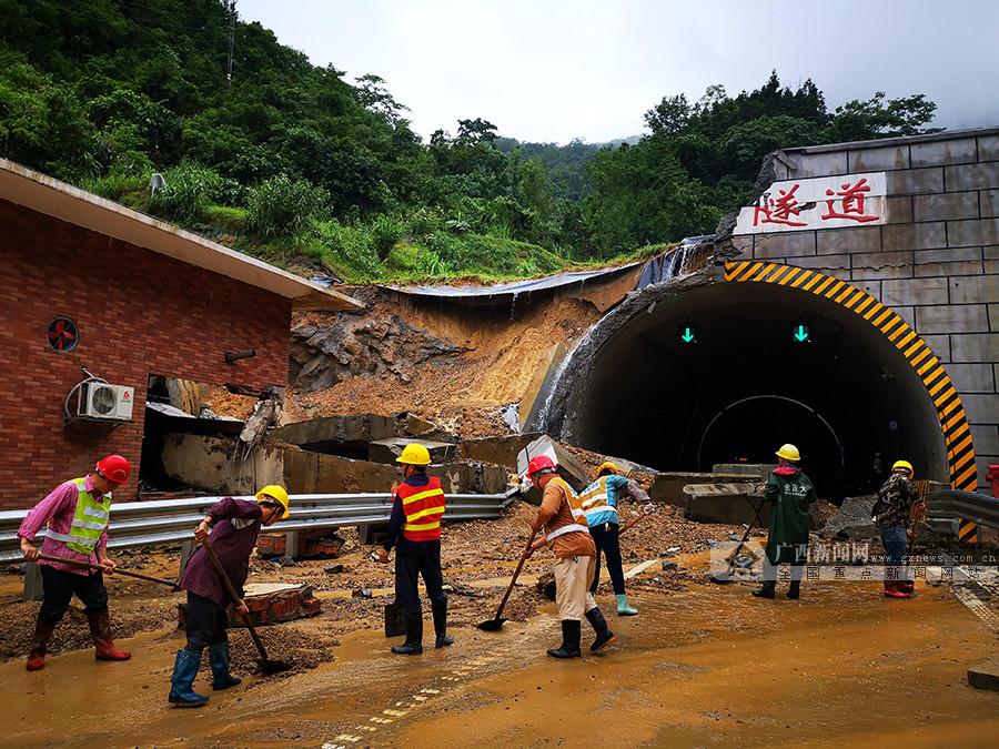 暴雨致汕昆高速河百段边坡塌方 双向交通中断(图)