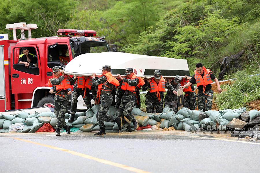 强降雨致百色市德保县受灾 武警官兵奋战抢险一线