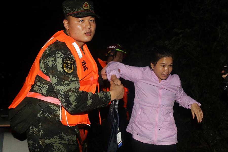 洪水围山村 武警河池支队官兵紧急转移受困群众