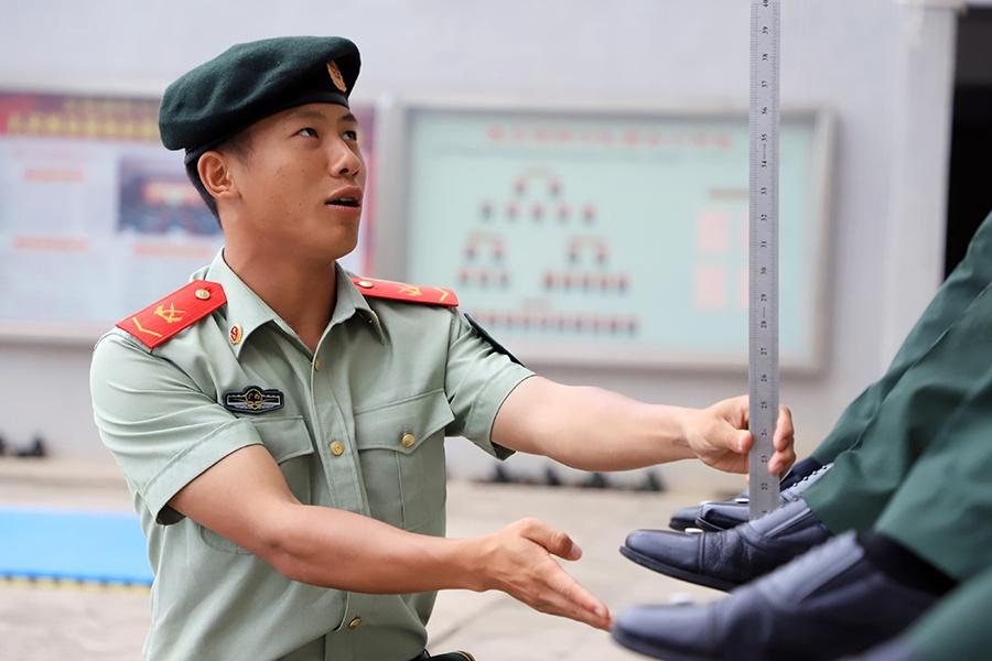 """高清组图:武警示范兵""""淬火""""忙"""