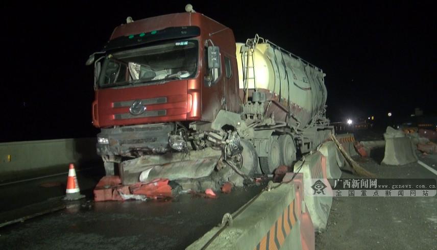 钦州:罐车失控撞飞石墩护栏 对向两小车遭了殃
