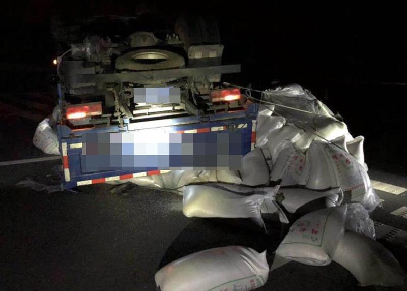 高清:一輛載滿大米的貨車凌晨失控側翻高速路