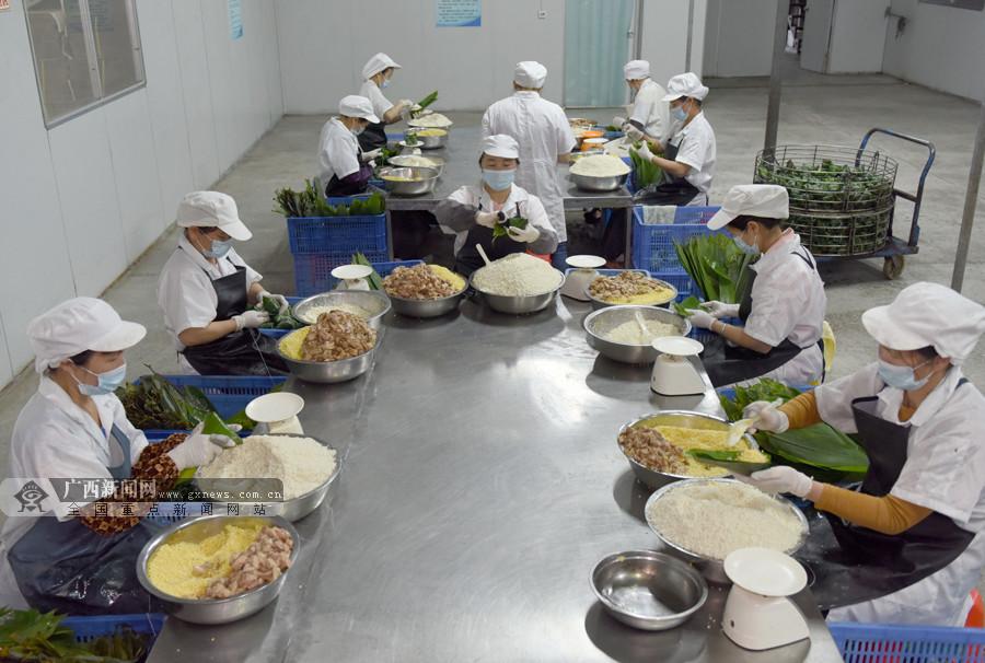 """浓浓粽香扑鼻而来 三江扶贫""""微车间""""助群众脱贫"""