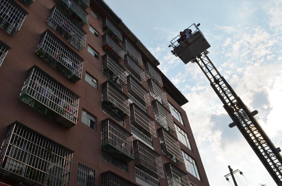 2岁小孩反锁被困4楼家中 消防员搭云梯