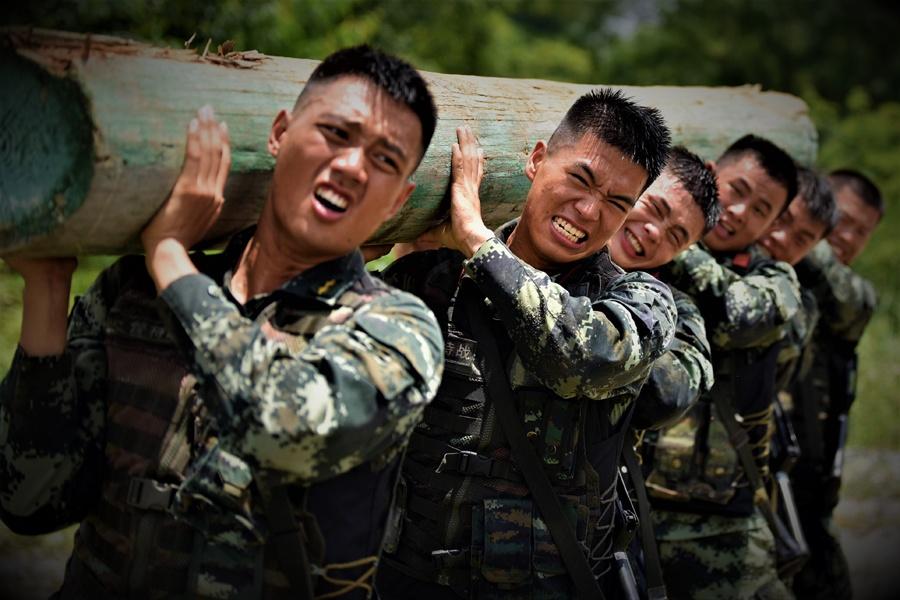 高清:野外驻训的武警特战队员竟然这么酷