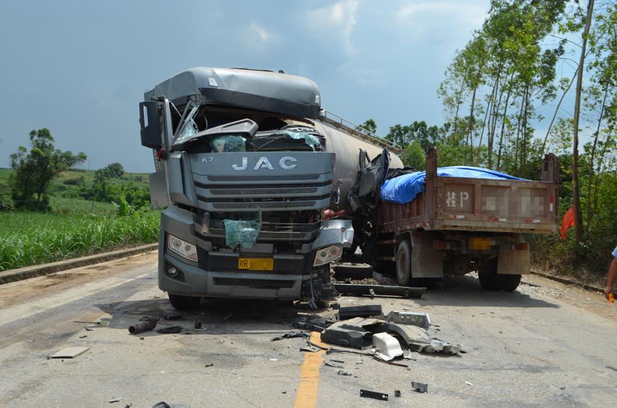 上思一水泥罐車與貨車相撞 油箱受損向外滴油(圖)