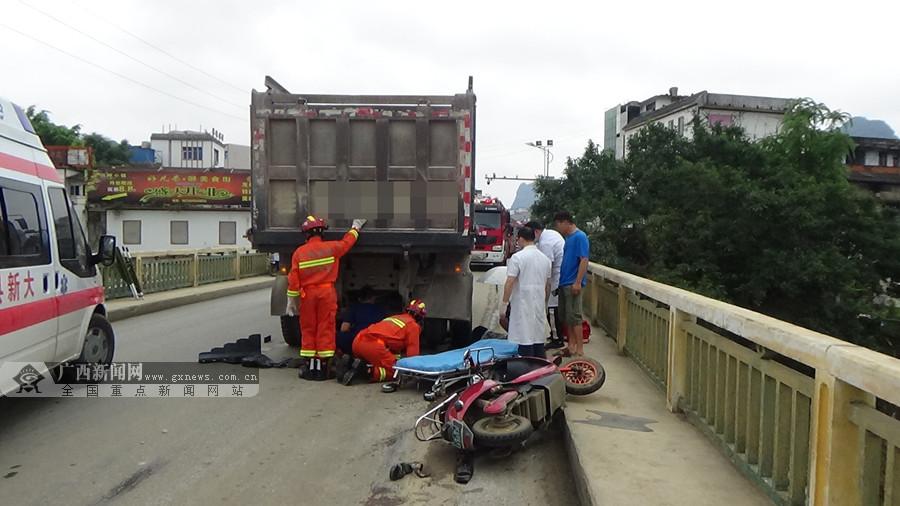 大货车与电动车碰撞一人被卷入车底 消防紧急救援