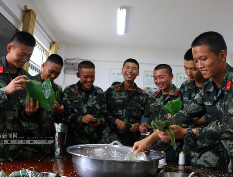 包粽子、做家乡菜 贵港武警兵哥哥这样迎端午(图)