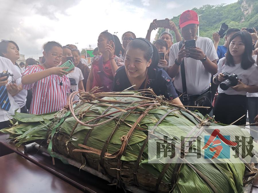 """柳州""""粽王""""出现!重达168斤4人花3天包制(图)"""