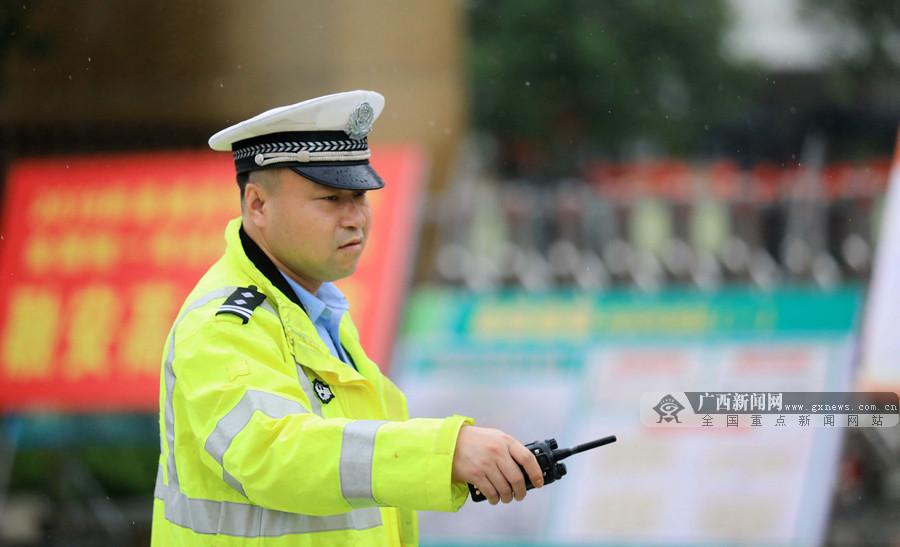 【高清组图】融安公安民警风雨中护航高考