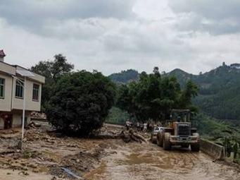 南丹县部分路段发生严重塌方 交通中断仍在抢修