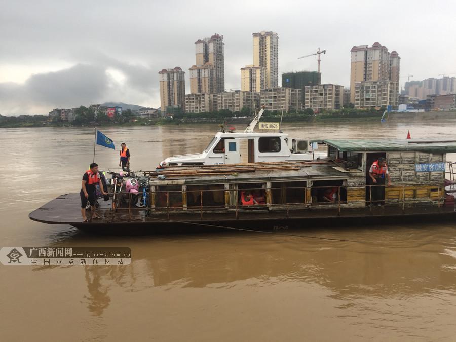 洪水中客船失控 柳州海事12分钟救助23人(组图)
