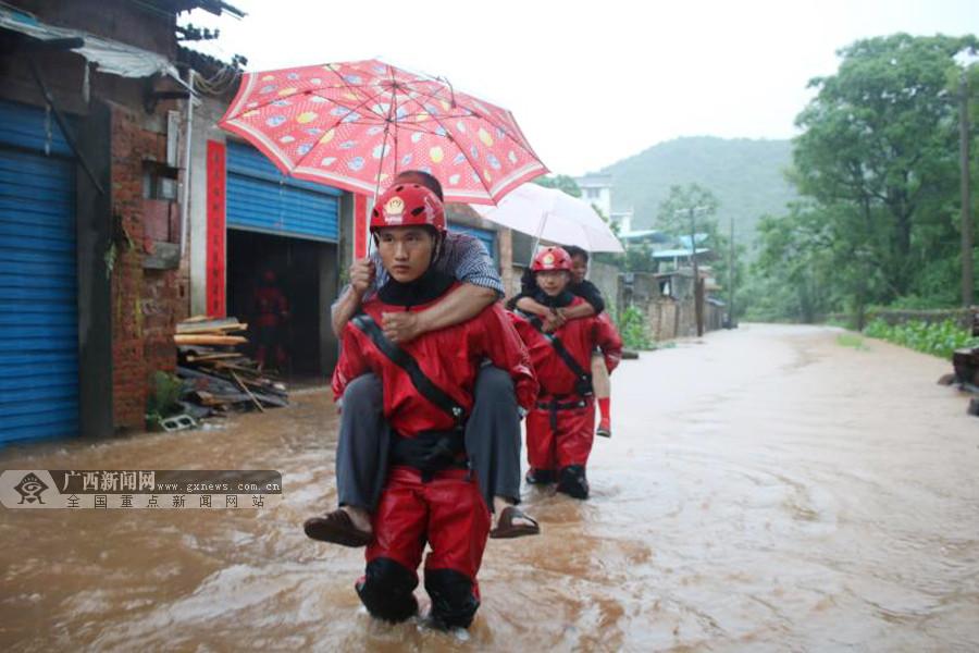 桂林兴安多地洪水暴涨村庄被淹 消防紧急救援(图)