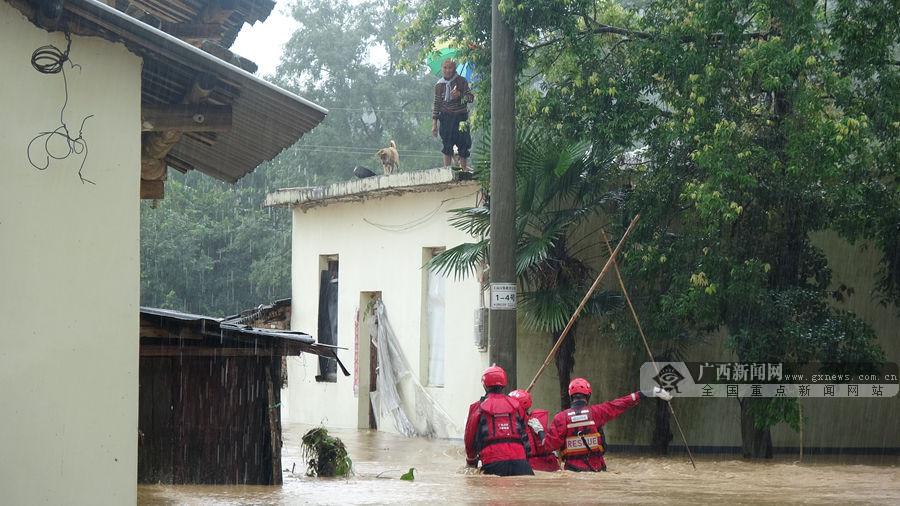 桂林临桂:洪水淹没村庄多人被困 消防暖心营救