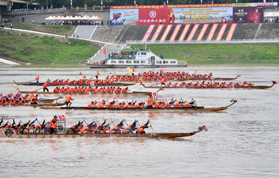 13蛟龙竞逐西江 梧州市举行龙舟大赛(图)