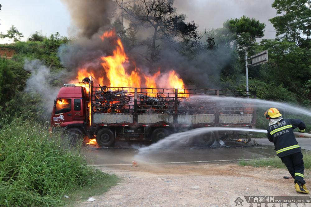 防城港:高压线旁货车着火 消防紧急扑救